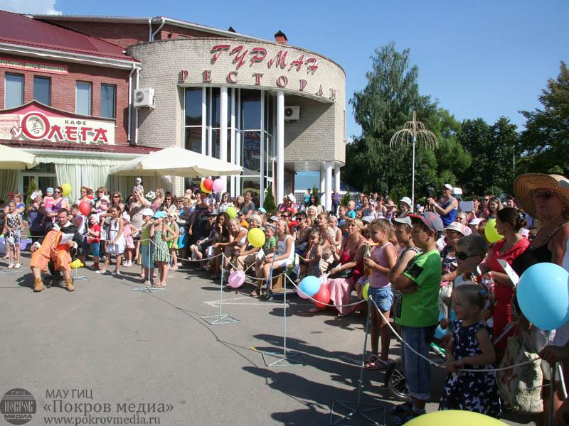 Гости и жители города на празднике День шоколада